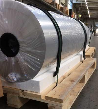 Transport von Aluminiumrollen auf Paletten.